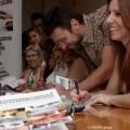 Los integrantes de la iniciativa literaria firman sus libros a familiares, amigos, compañeros y público.