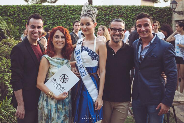 Los miembros del jurado Roberto Sahuquillo, Carmela Sánchez, Theo Garrido y Toni Arista junto a Cecilia Bellido, actual Miss World Valencia.
