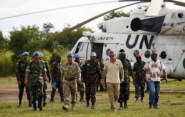 Luis Arranz junto a soldados con la boina azul de la ONU. / Nuria Ortega