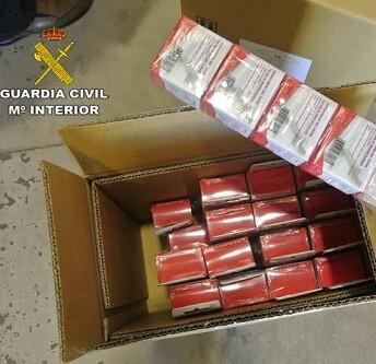 Material falsificado incautado por la policía.