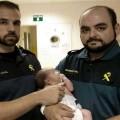 Miembros de la Guardia Civil que rescataron al bebé.