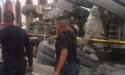 Miembros de la policía local investigan las causas del accidente. (Foto-AFP)