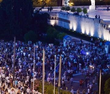 Miles de personas se manifestaron ayer en el centro de Atenas para pedir al Gobierno que logre un acuerdo con los acreedores.