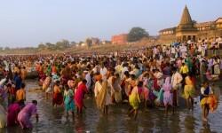 Miles de personas visitan a diario el río Ganges.