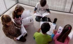 Niños y niñas españoles estudiando inglés.