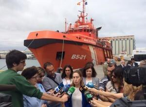 La ministra Ana Pastor atiende a los medios de comunicación en el mismo puerto.