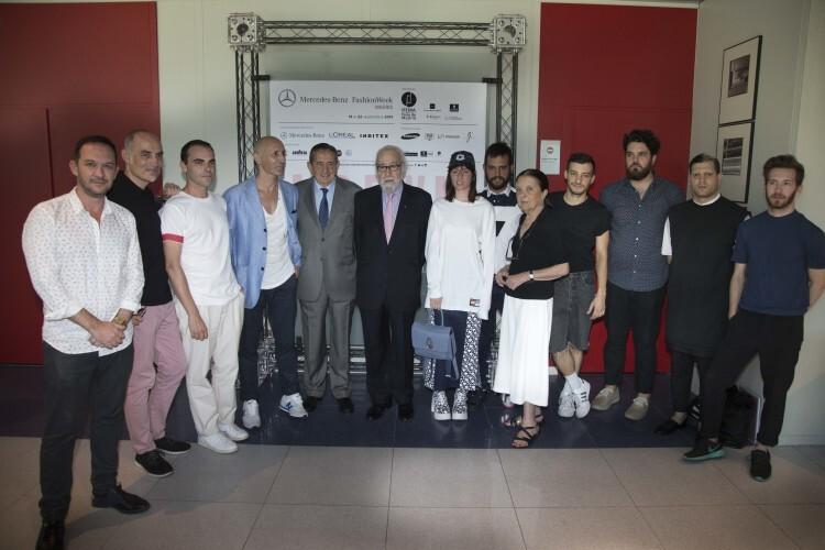 De izquierda a derecha, el diseñador Ulises Mérida; el diseñador Manuel de Gotor; el diseñador Ion Fiz; el diseñador Modesto Lomba, de Devota & Lomba; el director general de IFEMA, FermÍn Lucas; el presidente ejecutivo de IFEMA, Luis Eduardo Cortés; Maria Lemus y Victor Alfonso,  de María Ke Fisherman; Leonor Perez Pita, directora de MERCEDES-BENZ FASHION WEEK MADRID; el diseñador, Xavi Reyes; el diseñador Leandro Cano; el diseñador de 44 y el diseñador Juan Carlos Pajares
