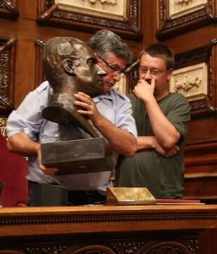 Retirada del busto de Juan Carlos del Ayuntamiento de Barcelona.