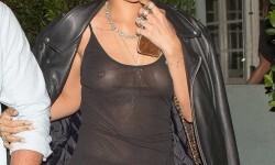 Rihanna muestra sus tetas  (1)