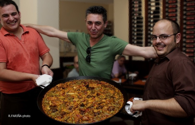 Rubén y Victor acompañando a Garó en la presentación de la paella que sirvió de ' class=