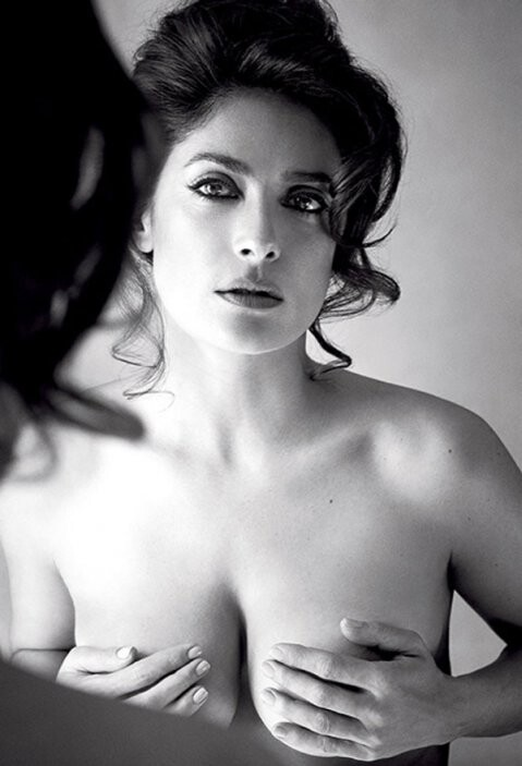 Salma Hayek derrocha sensualidad con foto en topless