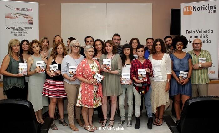 Todos los integrantes que componen la antología 'Cada mirada es única. Liberación de talentos 2015' rodeando a la profesora de escritura creativa Aurora Luna.