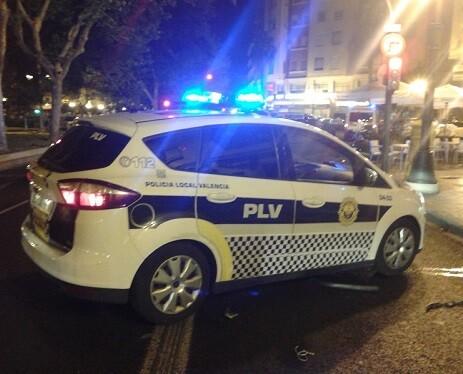 Tras el coche de la Policía Local yacía el cuerpo sin vida del joven motorista.