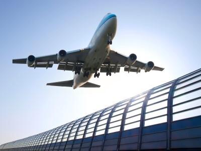 Un avión despega de un aeropuerto español.