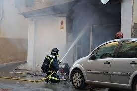 Un bombero ataca el fuego desde el exterior del inmueble.
