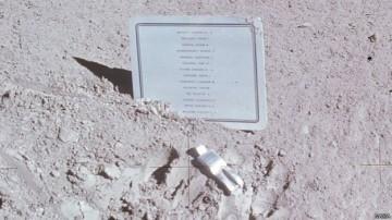 Un recuerdo dejado en la Luna en honor a astronautas y  cosmonautas fallecidos. La figura del astronauta caído fue creada por el  artista belga Paul van Hoeydonck.