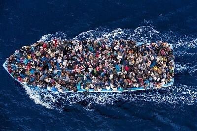 Una de las barcas donde viajaban los inmigrantes que fueron rescatados este lunes.