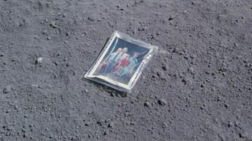 Una foto del astronauta Charlie Duke, su esposa Dotty y  sus hijos Charles y Tom, depositada en la Luna durante la misión Apolo 16,  en 1972. 1