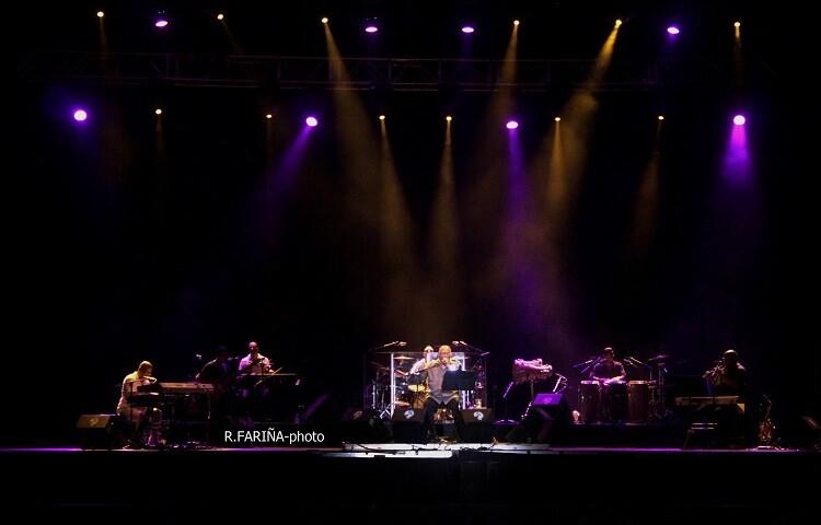 Una imagen de Pablo Milanés con los integrantes de la banda que lo acompaña en sus conciertos. (Foto-R.Fariña-VLCNoticias.)