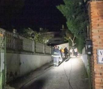 Uno de los bomberos sale tras el control del fuego en la residencia.