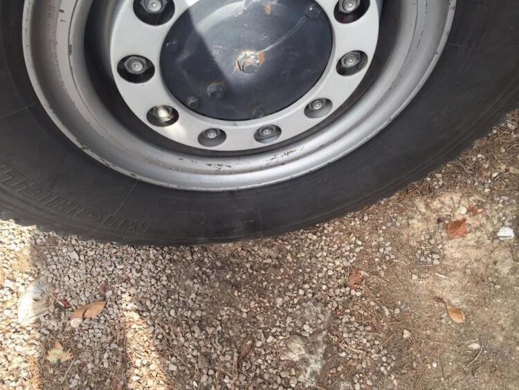 El rayo descargó a tierra por una de las ruedas de la autobomba sin que ésta sufriera daño alguno.