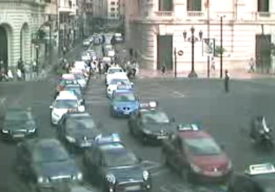 Así se veía la caravana de vehículos de autoescuela desde las cámaras de vigilancia de tráfico. Foto: PLV