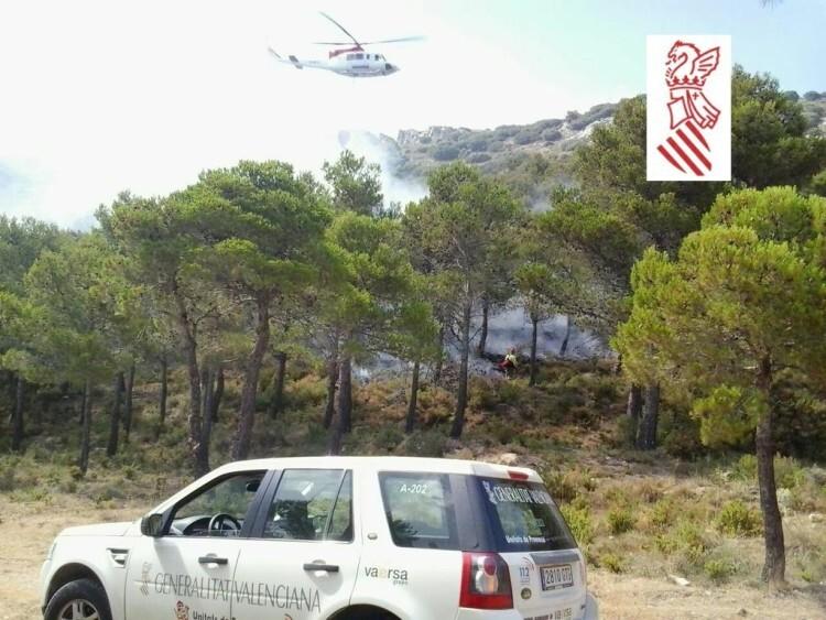 Los efectivos en plenas tareas de extinción del incendio de Benassau.