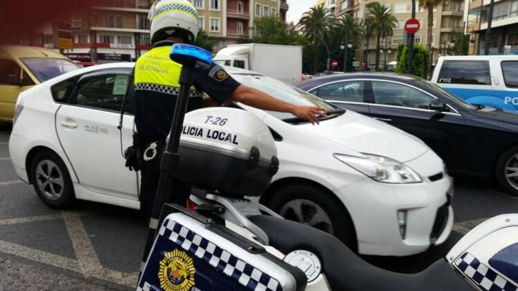 Los agentes de la Policía Local de Valencia se mantuvieron en todo momento alerta para gestionar de la mejor manera posible el tráfico pese a la marcha de protesta de los vehículos de autoescuela. Foto: PLV