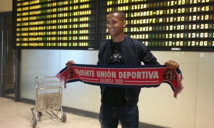 Deyverson se hace la preceptiva foto con la bufanda granota a su llegada al aeropuerto de Manises. Foto: LUD