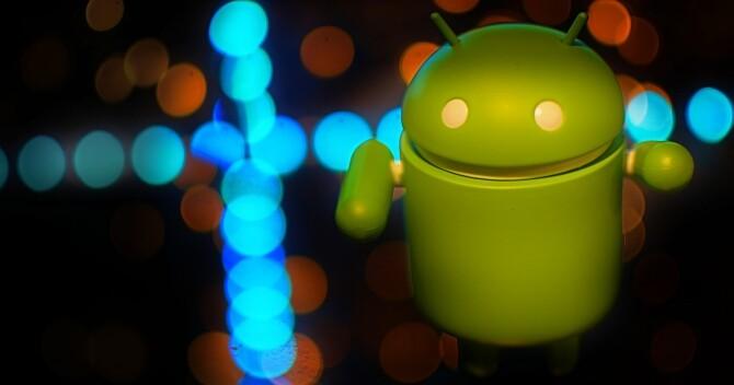 el-robot-de-android-andy-rodeado-de-luces