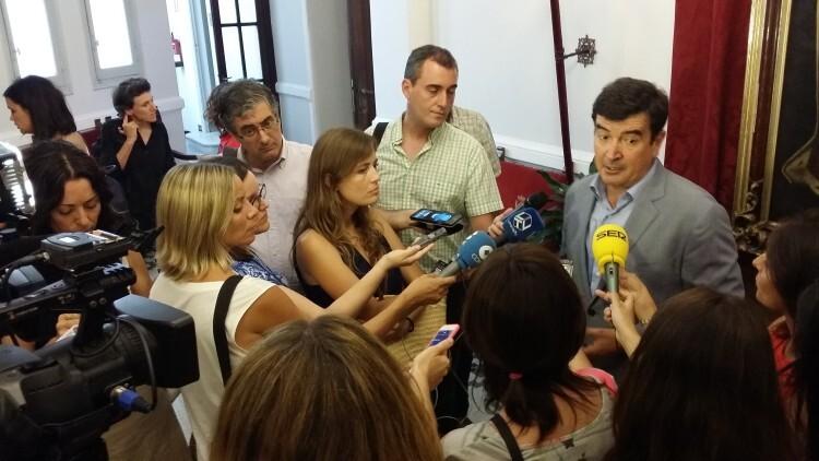 Fernando Giner hace unas declaraciones a la salida de un Pleno Municipal. Foto de archivo