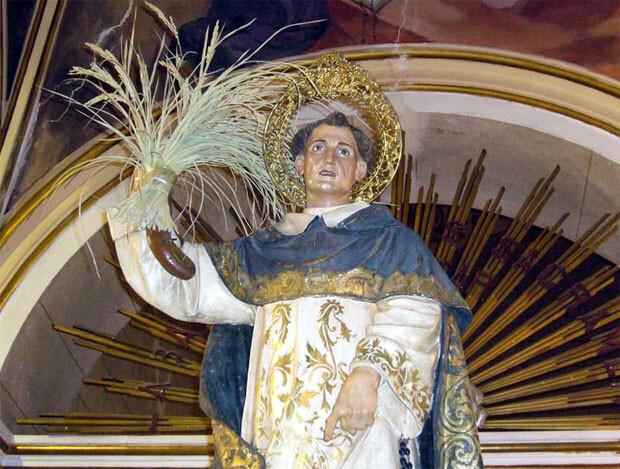 Imagen de San Luis Bertrán saliendo de la parroquia.