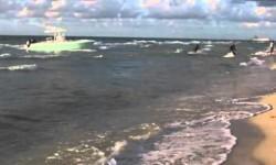 Inmigrantes desembarcan en plena filmación con una modelo