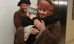 Johnny Depp visita hospital infantil como 'Jack Sparrow'