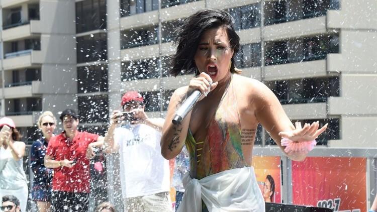 la imperdible caída de Demi Lovato en una piscina