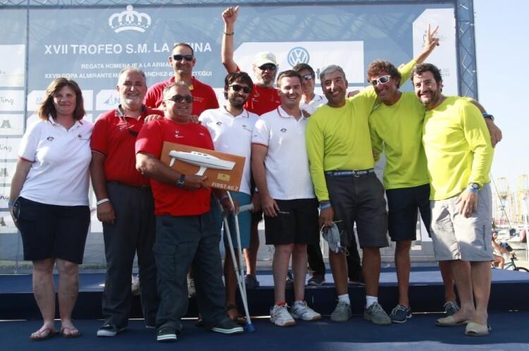 El equipo paralímpico de vela recibe la metopa de vencedor de clase First 40.7 de manos de Javier de Tomás