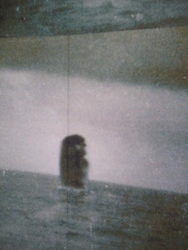 Un masivo objeto es avistado saliendo de la superficie del océano.