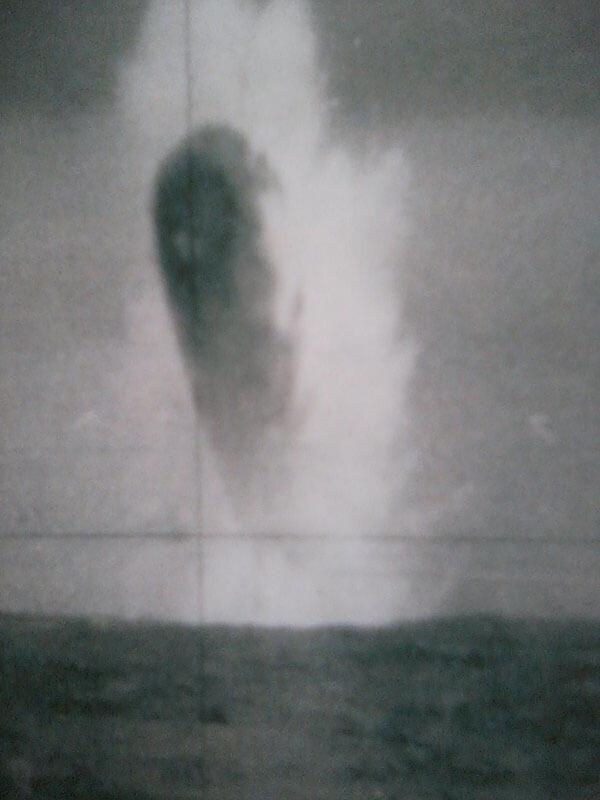 Una gran cantidad de agua sale despedida posiblemente debido a la velocidad con que el objeto choca la superficie del océano.