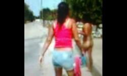 Una joven mujer, de 16 años de edad, fue obligada a caminar desnuda por otras mujere