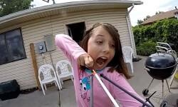 Video: una niña se arrancó un diente flojo atándolo a una flecha