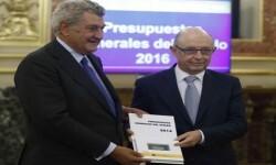 GRA013. MADRID, 04/08/2015.- El ministro de Hacienda, Cristóbal Montoro (d), y el presidente de la Cámara Baja, Jesús Posada (i), durante el acto de presentación de los presupuestos generales del Estado 2016, que incluyen un aumento del gasto social del 3