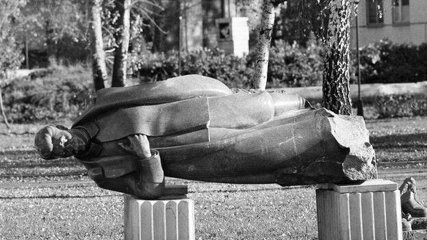 150807132243_stalin_statue_down_624x351_bbc_nocredit