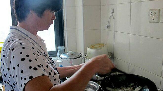 """""""No sé por qué mis dos hijos están enfermos"""", le dijo entre sollozos Lian Ronghua a la BBC"""