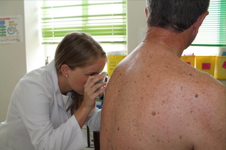 Fotografía: La doctora María Leiva realizando revisión semestral de lunares a un paciente con antecedentes de melanoma
