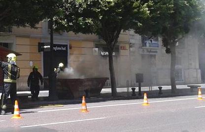 414  Extinguen un fuego en un contenedor de obra en la calle Colón  414