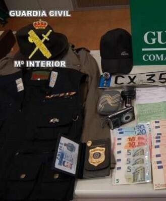 A estas personas les fueron intervenidos, entre otros efectos, un turismo, varios chalecos, placa de identificación policial, y dinero en metálico.