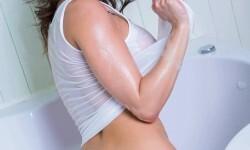 Adele Taylor desnuda, sensualidad en la bañadera (9)