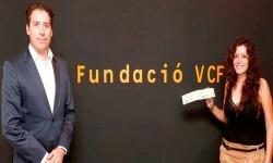 Amadeo Salvo, presidente del Valencia CF, entrega las entradas al CCASCV