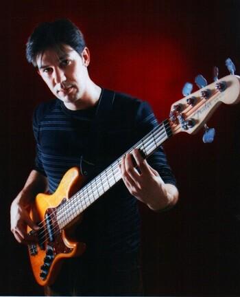 Borja Flores, natural de Gandía, es profesor de bajo eléctrico y solfeo.