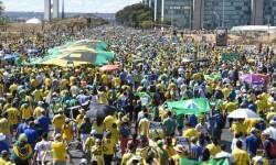 Casi 880.000 personas marcharon en Brasil contra Dilma Rousseff.
